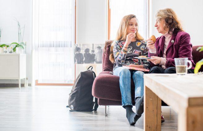 Mentor en leerling thuis praten na school