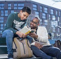 schooliscool-foto-kind-begeleider-boekje-lezen